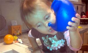 Как правило, детям до 5 лет сложно научиться контролировать мышцы глотки, и потому при промывании носа они часто давятся водой.