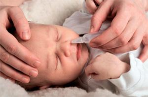 Младенцу любые жидкости вводить в нос можно только с помощью закапывания.