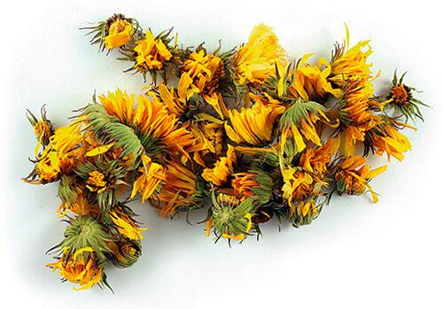 Календулу можно использовать в составе отвара в том числе в тех случаях, когда на ромашку у больного развивается аллергия.